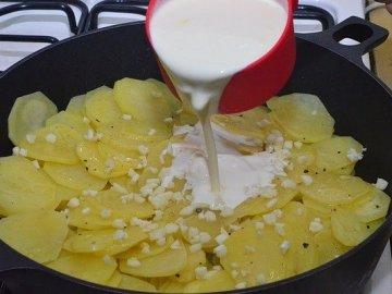 заливаем картошку сливками