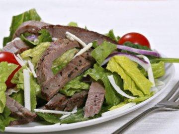 Салат с говядиной и огурцом