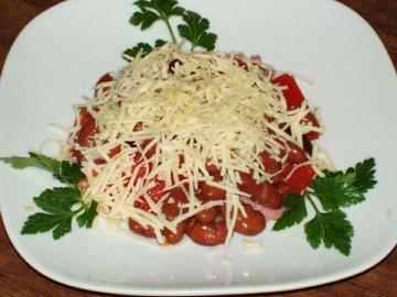 сытный салат из фасоли, мяса и грибов