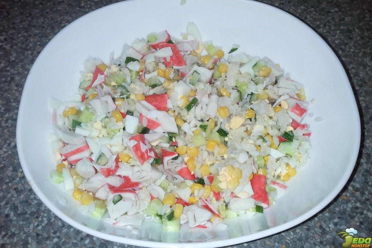 салат с крабовыми палочками и кукурузой / простые рецепты