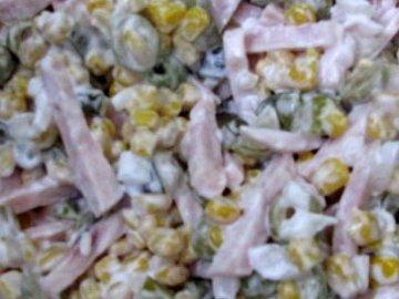 салат с оливками, ветчиной и кукурузой