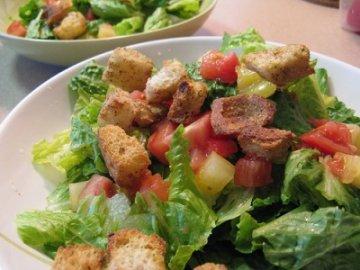 """Салат """"Цезарь"""" с помидорами"""