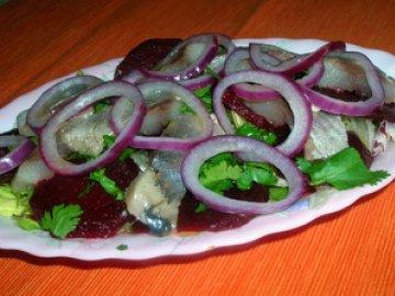 Салат с запеченной свеклой, сельдью, листьями салата под апельсиновым соусом