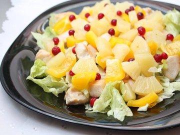 Салат с курицей, дыней и апельсинами