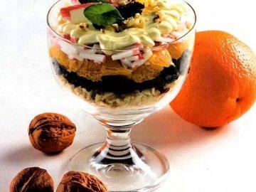 Салат-коктейль с курицей и черносливом для красивого украшения стола