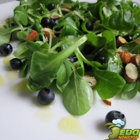 Зелёный салат с маслом и уксусом